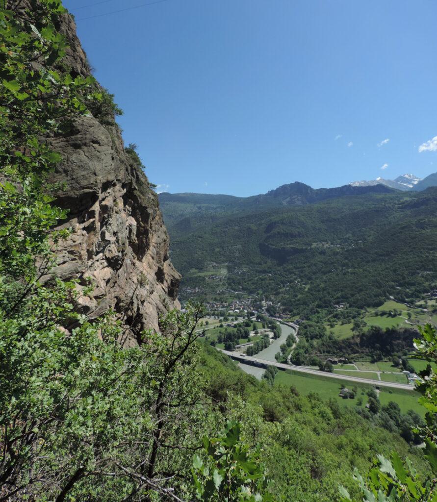 Dai roccioni di serpentinite appare uno scorcio del capoluogo di Montjovet.