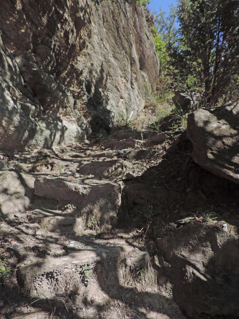 L'attraversamento di un risalto di serpentinite dà modo agli storici costruttori di scandire il passaggio con regolari e perfette scalinature.