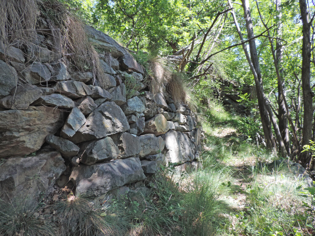 La balconata a monte del sentiero è terrazzata con muretti impressionanti per le dimensioni dei conci.