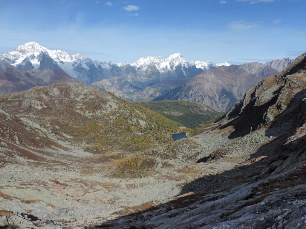 Il Lac d'Arpy goccia solitaria nel gran vallone strutturale orientato SW-NE parallelo alla catena del Bianco. Scarsa l'idrografia, il vallone è più che altro una deformazione della crosta alpina dovuta alla convergenza delle grandi placche continentali Europa ed Africa.