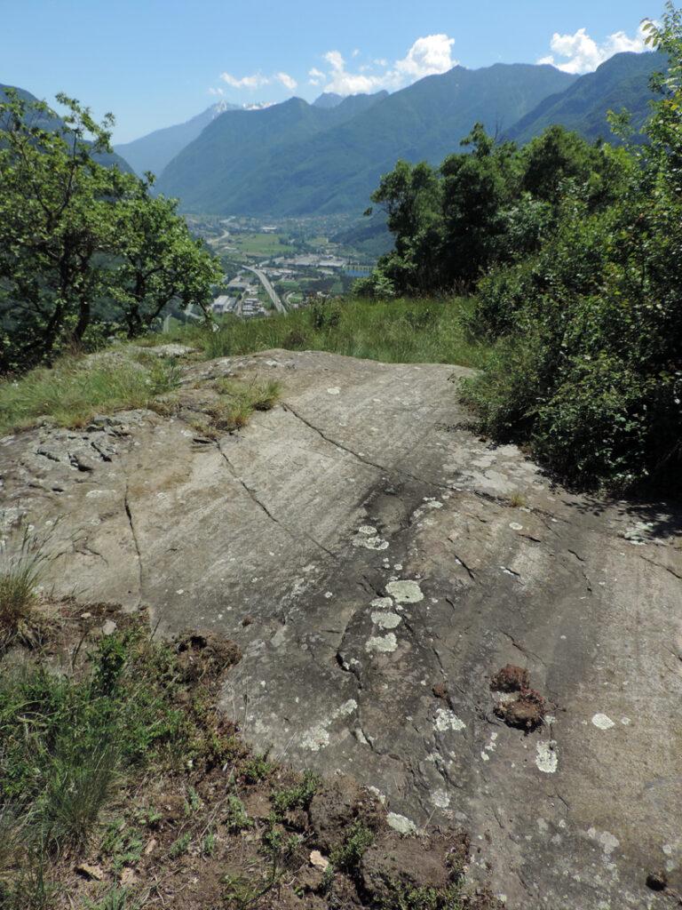 Vistose striature glaciali sulla roccia della balconata presso Gouaz.
