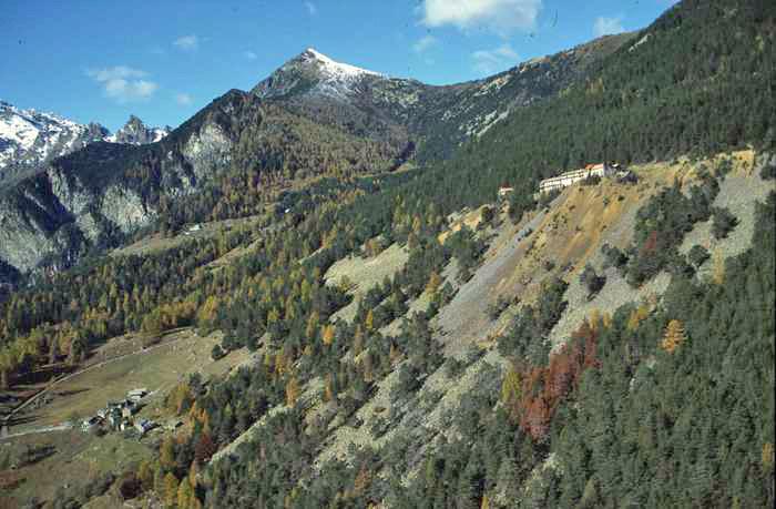 La miniera di Hérin con i suoi fabbricati principali e le discariche. A sinistra in basso il villaggio di Hérin, in alto il Monte Barbeston. Foto Ansa.it.