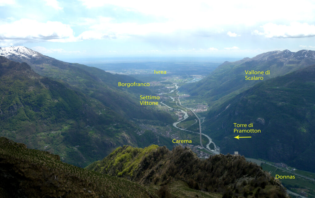Dalla Croix Courma, panorama dello sbocco vallivo della Dora Baltea nel Canavese.