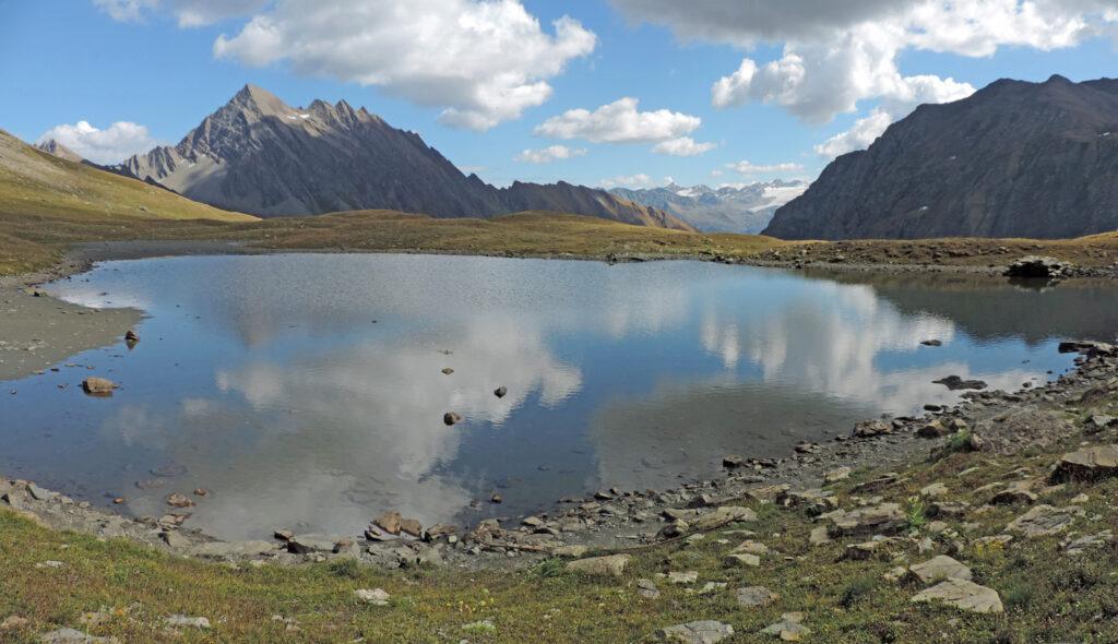 I laghetti del Mont Fortin, ad oltre 2500 m di quota, si aprono su terreno morenico a forte componente calcarea.