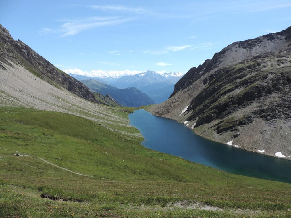 Il circo glaciale all'origine del lago di Licony è fortemente asimmetrico a causa di un gran nodulo di roccia quarzitica più tenace sulla destra.