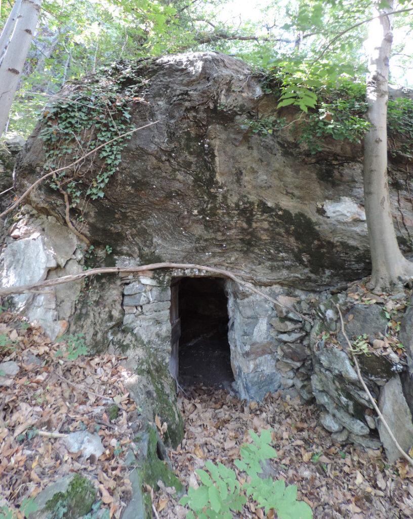 Splendida barma a lato del sentiero. Il gran masso di copertura è costituito da marmo, la cui ricristallizzazione è avvenuta circa 70 milioni di anni fa in condizioni di altissima pressione, cioè a grande profondità.