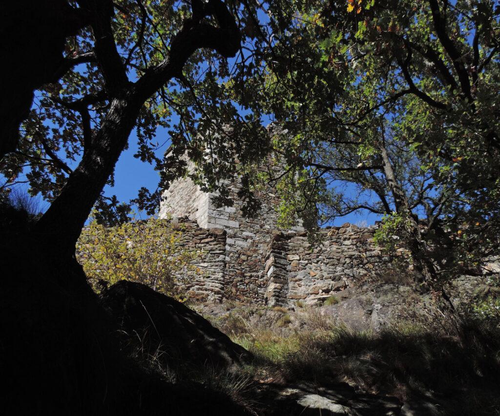 Porta d'entrata nel recinto della torre. Ai piedi del muro di cinta gli ultimi massi contenenti i minerali eclogitici (giada verde, granato e anfibolo blu).