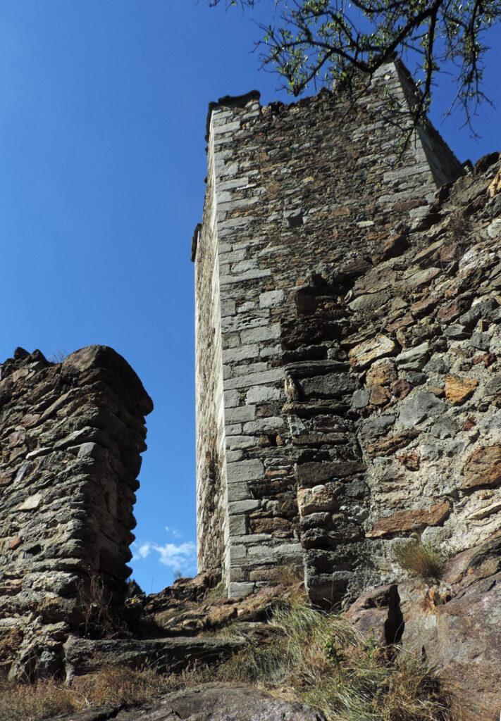 Ecco la torre che fa capolino da dietro il muro di cinta, attraverso la porta ben squadrata.