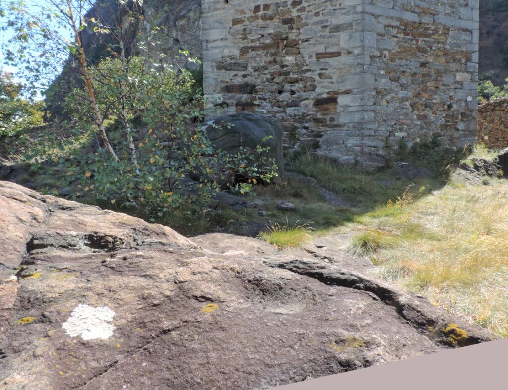 Sul basamento a nord della torre figura anche quella che potrebbe essere definita una coppella. Si tratta di una cavità emisferica e svasata di una ventina di centimetri di diametro e qualche centimetro di profondità.
