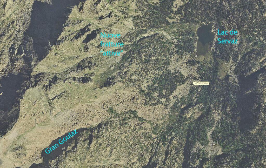 Il contesto del Lac de Servaz: il gran piastrone di serpentinite antigoritica estremamente fratturata. Foto aerea della Regione Autonoma Valle d'Aosta, 2012.