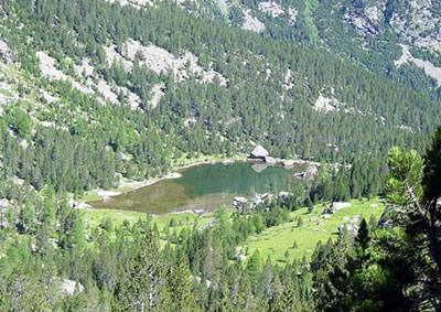 Il Lac de Servaz dal sentiero per il rifugio Barbustel. Da montagneinvalledaosta.com.