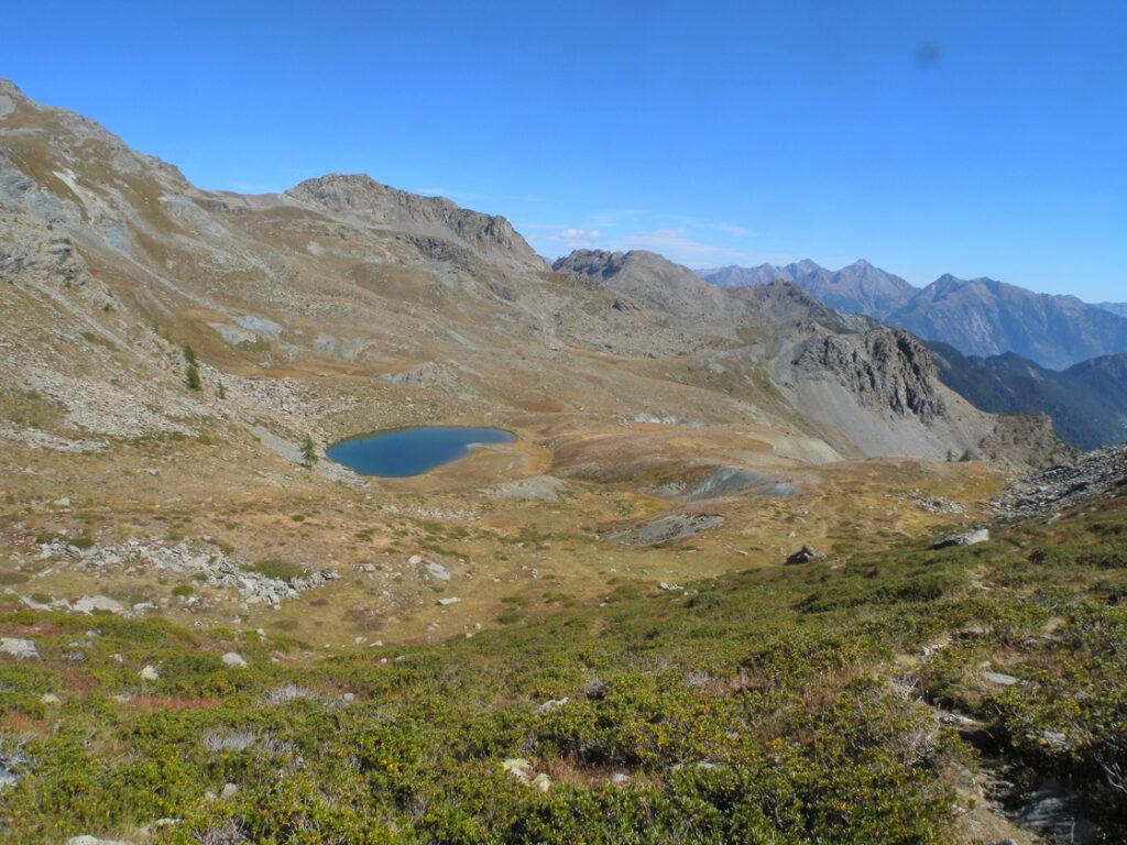 Il Lac Raty, che sorge sulla faglia più attiva della Valle d'Aosta. In primo piano accumuli grigi di ghaietta da macinazione tettonica (ultracataclasiti) che poi si vedono fuoriuscire dalla faglia stessa (Bec Barmasse, Mont Ros).