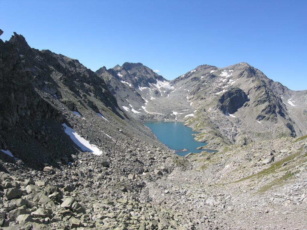 Il lago di Pietra Rossa incastonato nel suo solco strutturale NE-SW fra la Becca Pugnenta e il Mont Colmet.