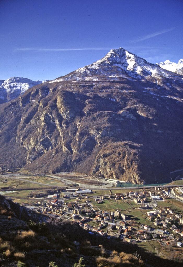 Lo sperone roccioso che dalla Dora alla cima del Bec Renon fa da confine fra Valle d'Aosta (a destra) e Canavese (a sinistra). La Torre di Pramotton poggia sul ripiano al centro della foto.