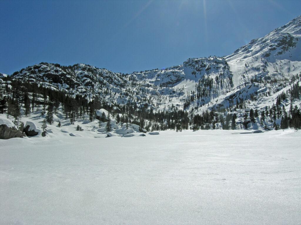 Il resto del lago (qui verso sud) mantiene un aspetto rigidamente invernale.