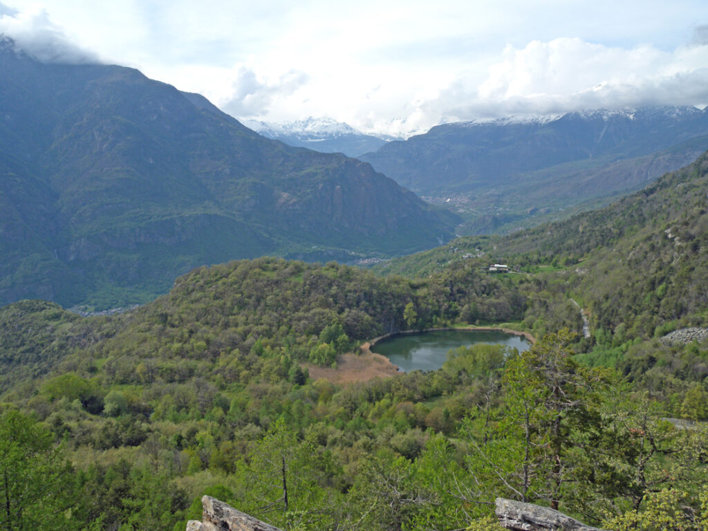 Il lago di Villa (820 m s.l.m.) dal belvedere recentemente attrezzato. L'area lacustre si doveva estendere all'attuale boscaglia verso il basso a sinistra della foto.