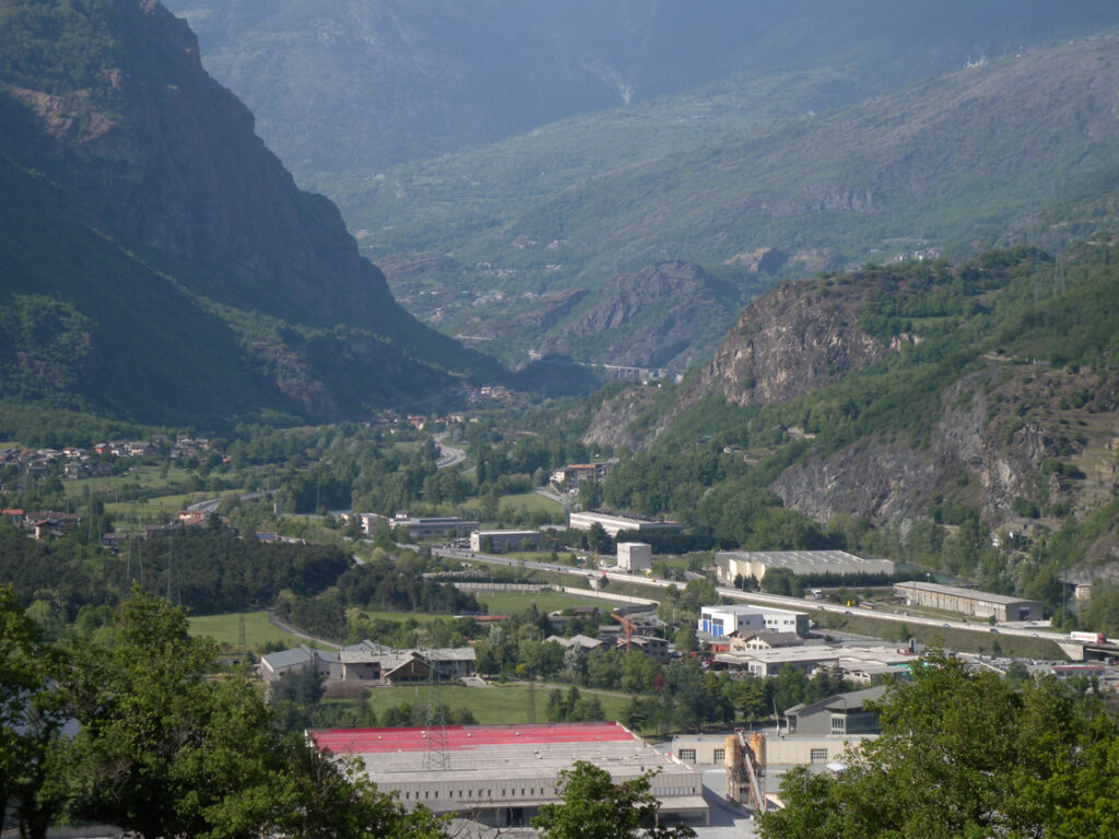 Il fondovalle di Champdepraz, tra Le Sale e Viéring, è ancora oggi denso di attività industriali.